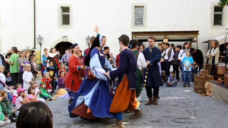 Fasziniert vom bunten Treiben zeigten sich nicht zuletzt die kleinsten Besucher des Lenzburger Mittelaltermarktes.