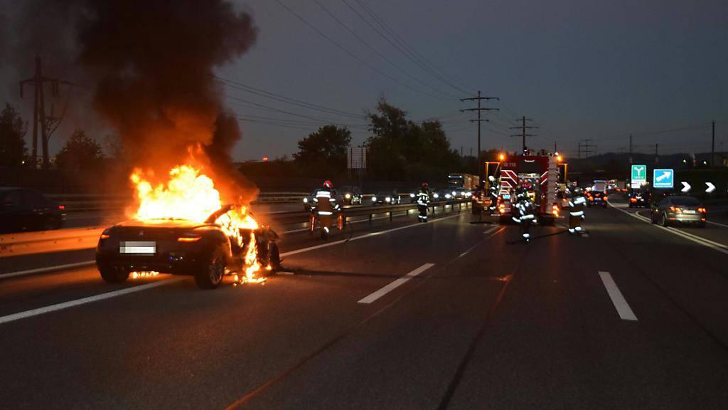 Ein Raub der Flammen: Bei der Fahrt auf der A1 in Richtung Zürich ist dieses Auto vollständig ausgebrannt. Niemand wurde verletzt.