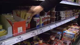 Der tiefe Eurokurs freut die Einkaufstouristen. Sie stürmten vergangene Woche die Bankomaten und dann die Läden in Deutschland. Aber: Wieiviel billiger ist Einkaufen in Deutschland wirklich? «Tele M1» machte den Test.