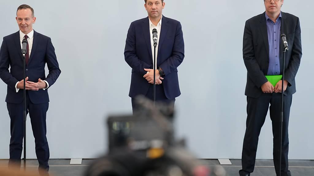 Volker Wissing (l-r), FDP-Generalsekretär, Lars Klingbeil, SPD-Generalsekretär, und Michael Kellner, Bundesgeschäftsführer von Bündnis 90/Die Grünen, geben eine Presssekonferenz. Foto: Kay Nietfeld/dpa