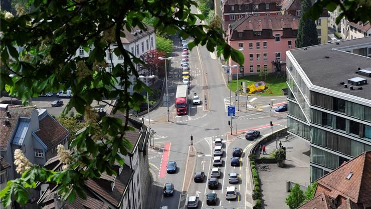 Der Schulhausplatz in Baden ist eine der meistbefahrenen Kreuzungen der Schweiz. Mit über 46000 Motorfahrzeugen pro Tag ist das in den 1960er-Jahren erstellte Bauwerk an seiner Leistungsgrenze und wird saniert.