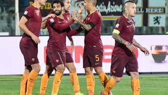 Mohamed Salah (2.v.l.) nimmt die Gratulationen seiner Teamkollegen entgegen