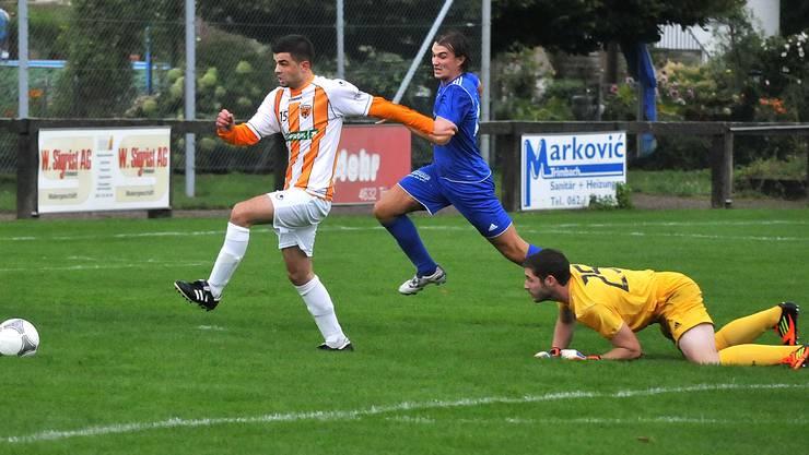 Egerkingens Stürmer Ardian Shala (am Ball) schob in der 13. Minute den Ball am leeren Tor vorbei und verpasste es, seine Farben 1:0 in Führung zu bringen.