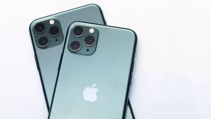 Das iPhone 11 hat drei Kameras, die merklich asu dem Gehäuse ragen.