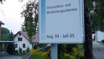 Massiv billiger: Tafel zum Leutwiler Kantonsstrassenausbau. (Archiv/tf)