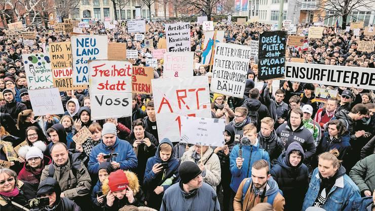 Gegen die Urheberrechtsreform der EU sind Tausende Gegner auf die Strasse gegangen.