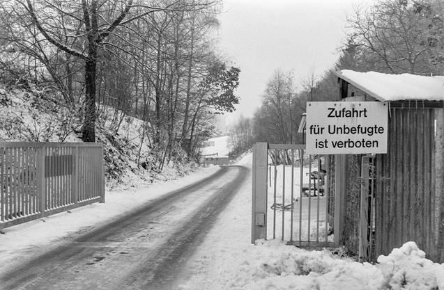 Der Eingang auf das Gelände der Sondermülldeponie im Jahr 1983