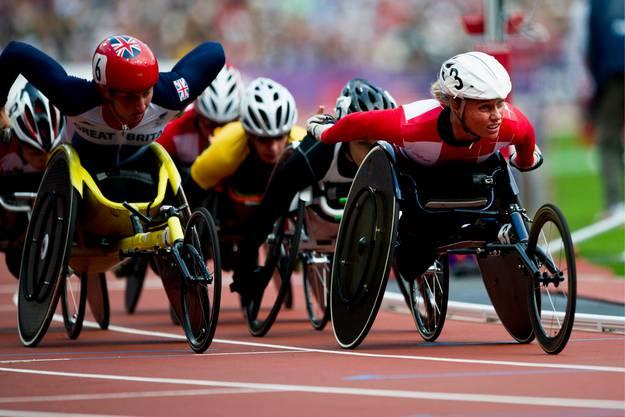 Die Schweizerin Edith Wolf-Hunkeler, rechts, fährt über 5000 Meter an den Paralympics in London 2012 zum Sieg.