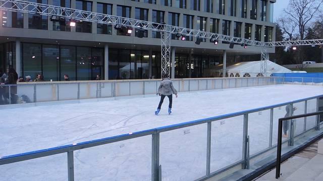 Ein bisschen Winterstimmung: Die Campus-Eisbahn in Windisch ist eröffnet.