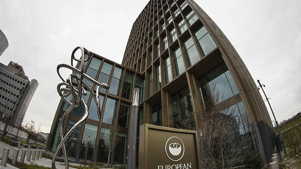Außenansicht des Hauptsitzes der Europäischen Arzneimittelagentur (EMA). Foto: Peter Dejong/AP/dpa