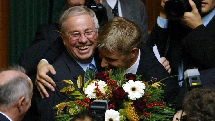 Toni Brunner umarmt Christoph Blocher nach dessen Wahl zum Bundesrat (Archivbild 2003).