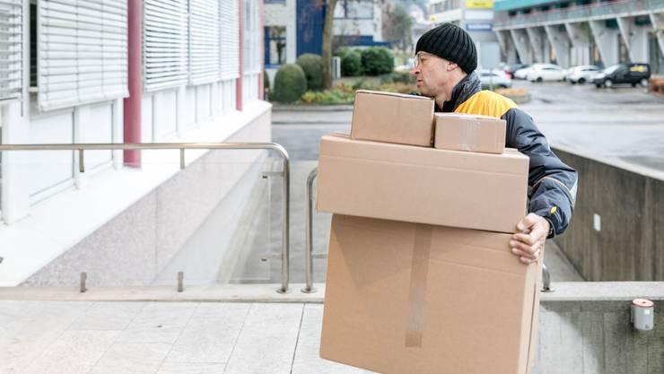 Haben immer mehr zu tun – und zwar nicht nur in der Weihnachtszeit: Postboten der Schweizerischen Post.