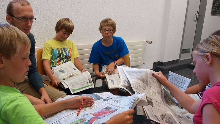 Begabte Fünft- und Sechstklässler aus Biberist lesen mit Christoph Neuenschwander, Fachperson für das Thema Journalismus, «Die Nordwestschweiz».