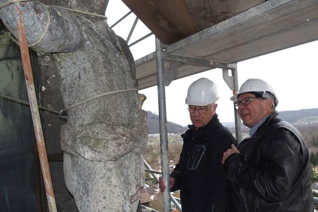 Ernst Rauber (l.) und Ernst Götti inspizieren den grossen, mit Seilen gesicherten Bären, der per Helikopter oder Autokran vom Turm gehievt werden muss