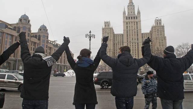 In Moskau protestieren Bürger mit einer kilometerlangen Kette gegen Putin
