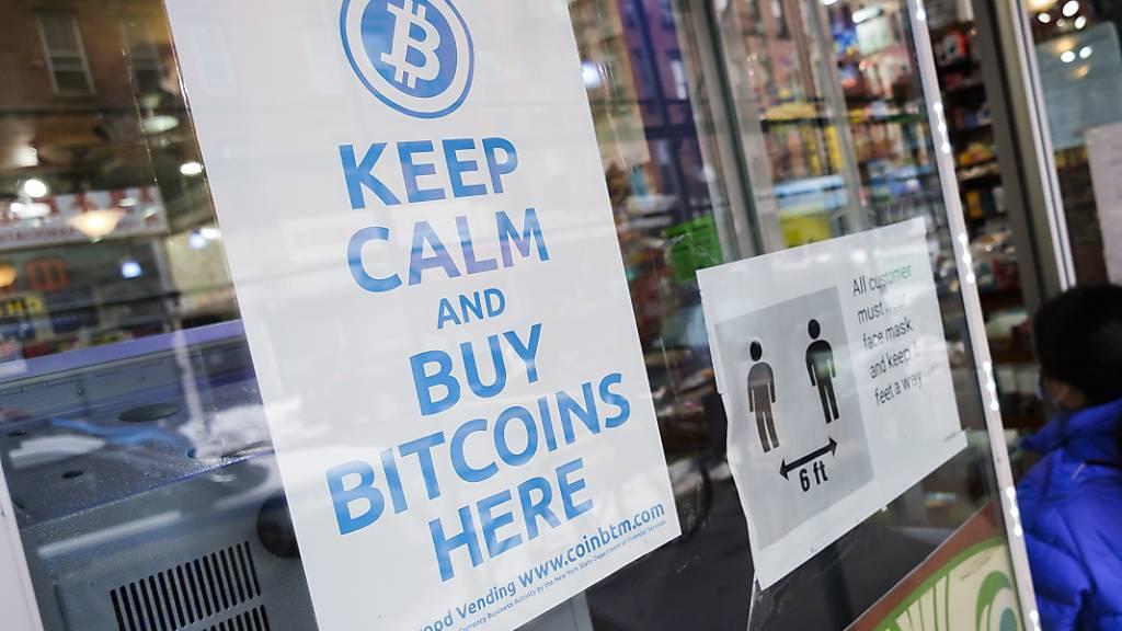 Der Bitcoin setzt seine Rekordjagd fort - im Bild eine Verkaufsstelle in New York. (Archivbild)