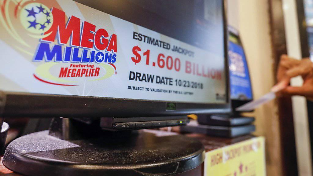 Ein Spieler zieht sein Los für die amerikanische  Mega-Lotterie im Oktober 2018. Erst vier Monate später hat sich der Gewinner gemeldet. (Foto: Erik S. Lesser/EPA Keystone)
