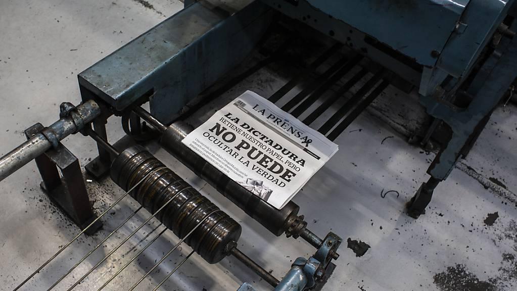 «Die Diktatur hält unser Papier fest, kann aber die Wahrheit nicht ausblenden», steht an der letzten Druckversion der regierungskritischen Zeitung «La Prensa».