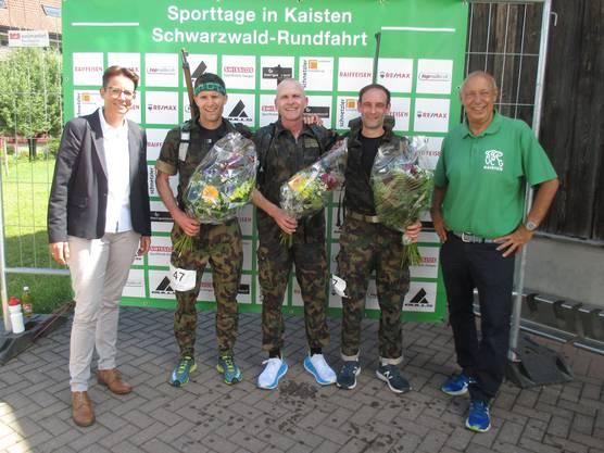 Ehrung der Schnellsten vom Waffenlauf (v.l.): Ehrenstarterin Katrin Stucki, Marc Rodel (2.), Erwin Haas (1.), Pascal Leienberger (3.), OK-Mitglied Rolf Stäuble
