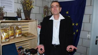 Franco Del Popolo präsentiert in seinem kleinen Laden an der Wohlerstrasse 11 in Villmergen zwei Exemplare seiner kleinen Trüffel.sah