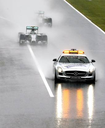 Nico Rosberg und Lewis Hamilton folgen dem Safety Car. Am Ende gewinnt Lewis Hamilton.