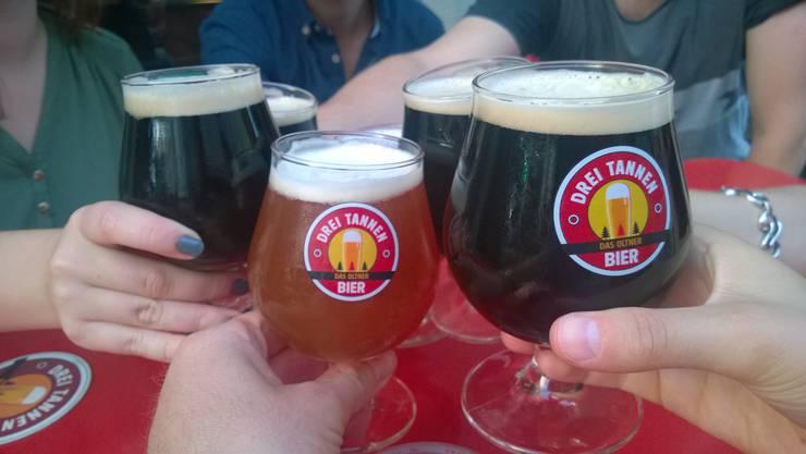 Anstossen mit Oltner Drei Tannen Bier.