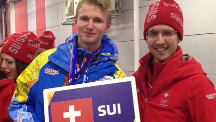 Matthias Gerber (l.) assistiert Skispringer Simon Ammann.