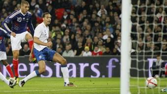 Karim Benzema (links) trifft zum 1:0 für die Gäste aus Frankreich