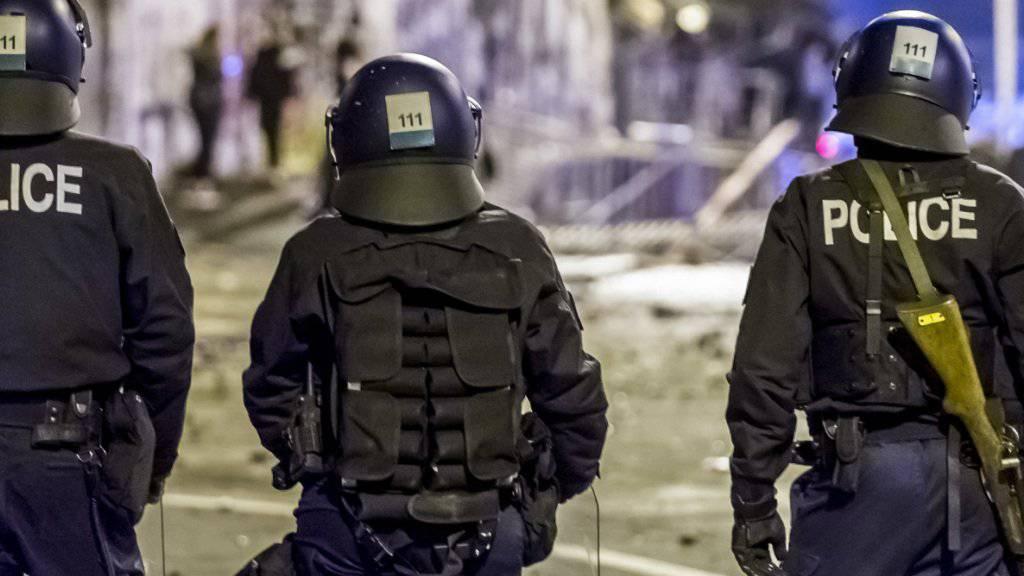 Am letzten Wochenende sind zahlreiche Polizisten verletzt worden. Allein rund um die Berner Reitschule erlitten zehn Beamte Verletzungen. Der Ständerat ist jedoch dagegen, solche Angriffe mit mindestens einem Jahr Gefängnis zu bestrafen.