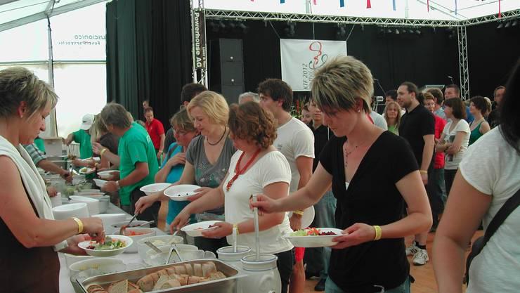 Da wird tüchtig zugelangt. Über 500 Helferinnen und Helfer des Kantonalen Turnfestes trafen sich beim Helferfest.