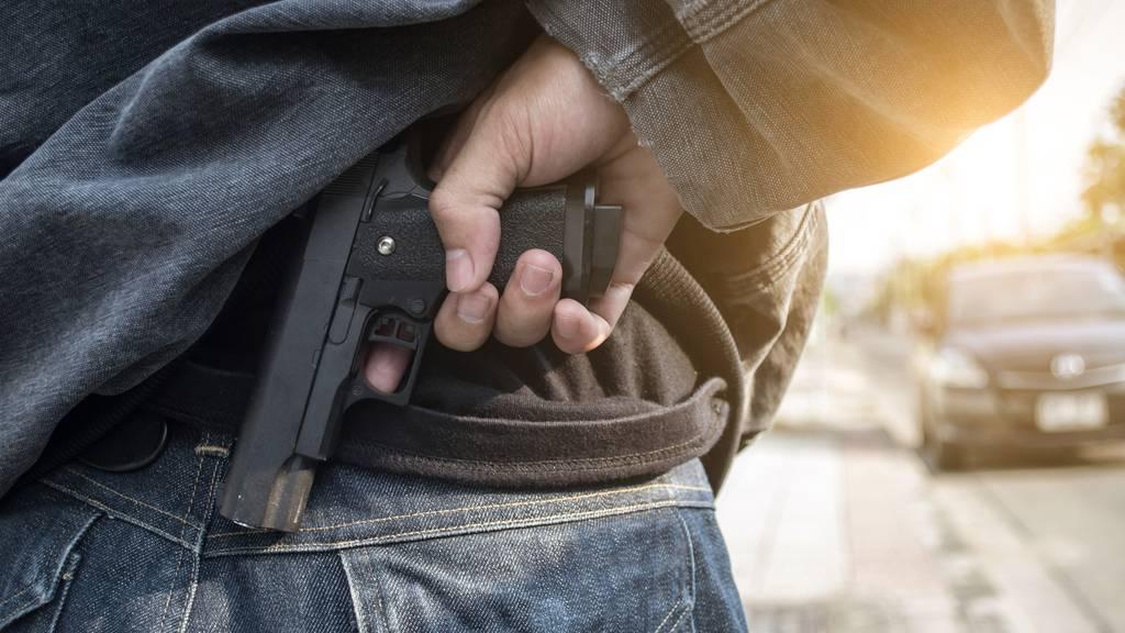 Mann fuchtelt in Restaurant mit Pistole herum