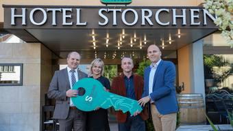 Schlüsselübergabe von Peter und Monika Lustenberger (links) nach 25 Jahren Leitung des Hotels Storchen an Thomas Plank und Marco Weishaupt vom neuen Hotelbetreiber b_smart selection.