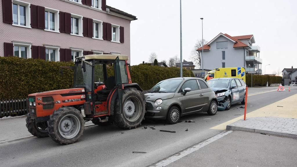 Zwei Verletzte nach Kollision mit Traktor
