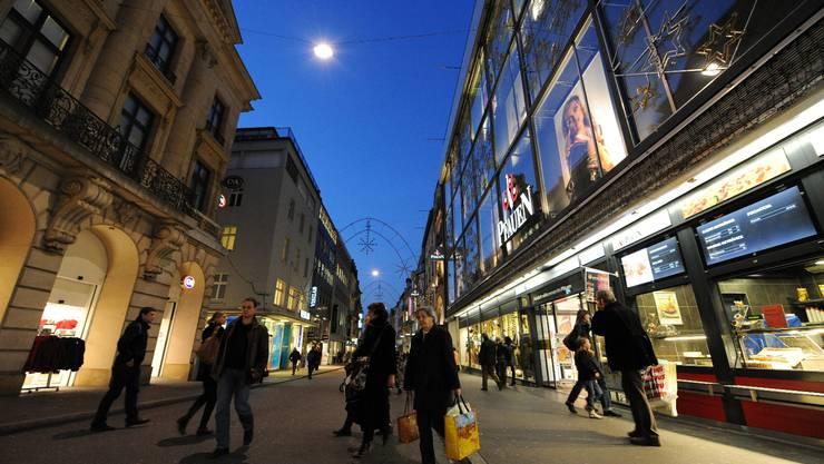 Hübsch, aber beliebig: Basels Shopping-Meile, die Freie Strasse. Beim Eindunklen eilen ein paar Menschen durch die Strasse mit dem fantasielosen Bodenbelag. Juri Junkov