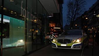 BKB in Basel wird evakuiert. Polizei, Sanität und Feuerwehr sind im Einsatz