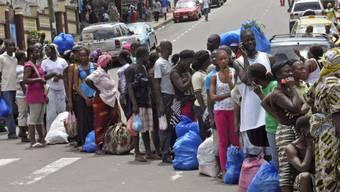 Menschen in Monrovia (Liberia) warten darauf, untersucht zu werden