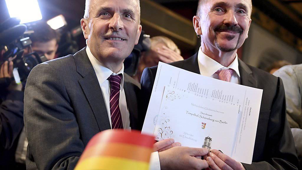 Karl Kreile und Bodo Mende zeigen stolz ihre Heiratsurkunde.