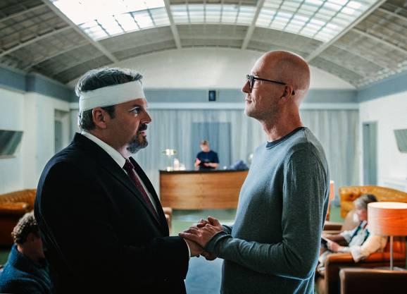 Bestatter Luc Conrad (Mike Müller) hat Josef Mankovskys (Peter Lohmeyer) Lebenswerk zerstört.
