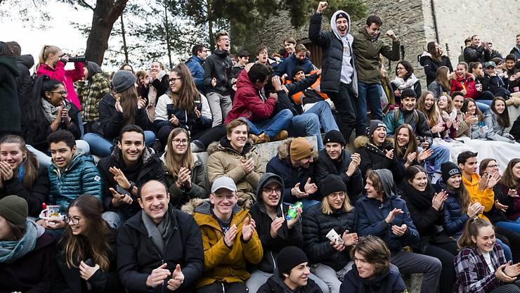 Live auf Grossleinwand: Schülerinnen und Schüler des Kollegiums Spiritus Sanctus in Brig verfolgten die Wahl von Viola Amherd.