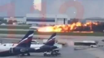 Die brennende Aeroflot-Maschine rast über die Piste in Moskau und zieht eine brennende Spur hinter sich her.