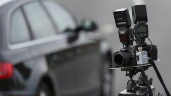 Zwei Autofahrer, welche mit 123 und 126 km/h gemessen wurden, bekamen ihren Führerausweis auf der Stelle von der Polizei abgenommen. (Symbolbild)
