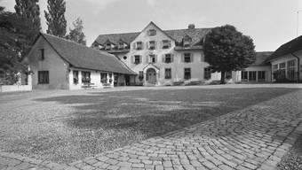Im Bild der Innenhof der damaligen Arbeitserziehungsanstalt Uitikon, aufgenommen im Jahr 1972. Ein Pfarrer merkte früh, dass hier vieles nicht optimal ist. Doch in der totalitären, auf die Direktion ausgerichteten Struktur vertrug es einen solchen Pfarrer nicht