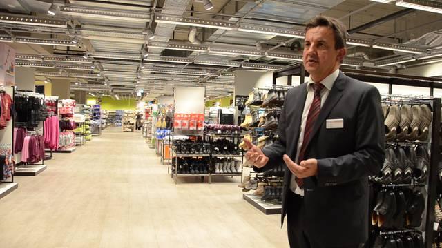 Vom ersten Stock ins UG, von den Kinderschuhen zur Sushi-Vitrine: Filialleiter Matthias Wolf führt durch den neuen Neumarkt Brugg