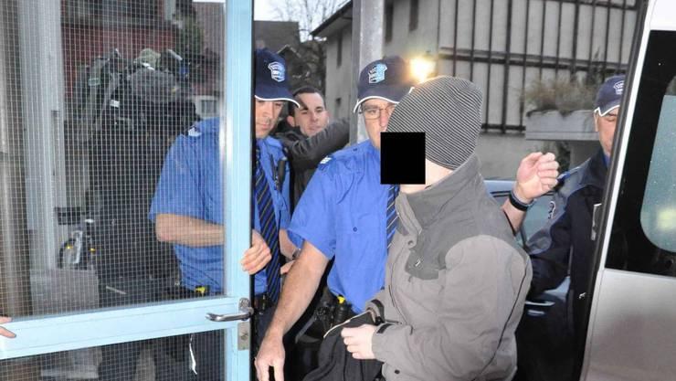 Der Prostituiertenmörder Tobi B. auf dem Weg ins Bezirksgericht Aarau: Das Archivbild stammt von 2011, als das Jugendgericht ihn zu 4 Jahren Freiheitsstrafe verurteilte.