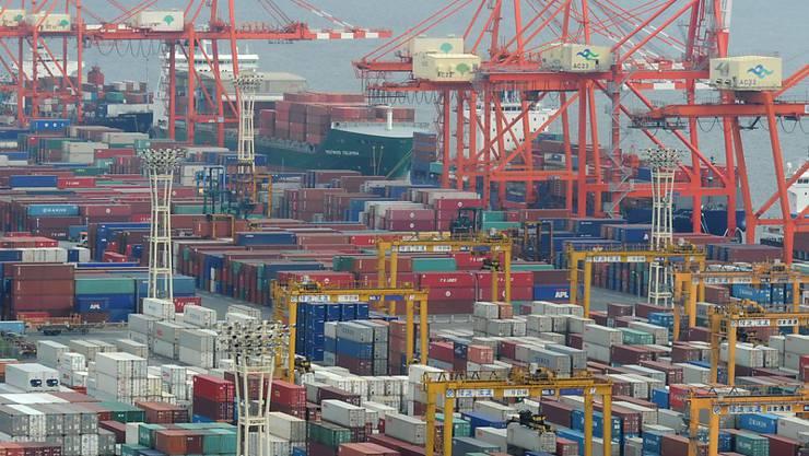 Die japanischen Exporte leiden weiterhin stark unter dem Handelsstreit zwischen den USA und China - im Bild der Hafen in Yokohama. (Archivbild)