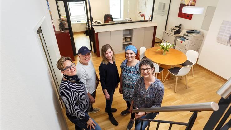 Haus der Krebsliga Solothurn (v.l.): Das Team mit Christina Scheurer Steffen, Musiker Recep, Stephanie Affolter (Geschäftsleiterin) , Tonia Schilling und Cornelia Chappuis freuen sich auf die Besucherinnen und Besucher. Hanspeter Bärtschi