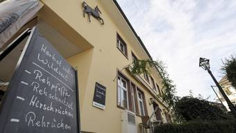 Menütafel vor dem Restaurant Rössli in Allschwil. (Archiv)