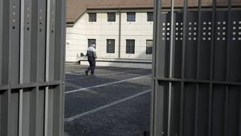 Der Schein trügt: im Genfer Untersuchungsgefängnis Champ-Dollon wimmelt es von Insassen (Archiv)