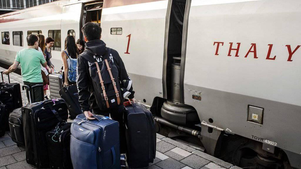Passagiere beim Einsteigen in einen Thalys-Zug. (Archiv)