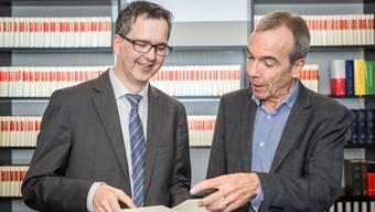 Marcel Merz, der neue Präsident der aargauischen Notariatsgesellschaft (links) mit seinem Vorgänger Martin Ramisberger, der auch die Festschrift zum Jubiläum verfasst hat.